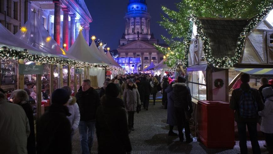 Weihnachtsmarkt auf dem Gendarmenmarkt in Berlin Mitte