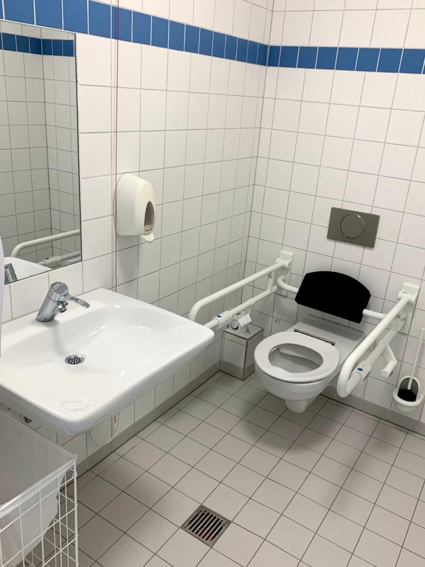 Behindertengerechtes WC - Foto: © Bezirksamt Reinickendorf