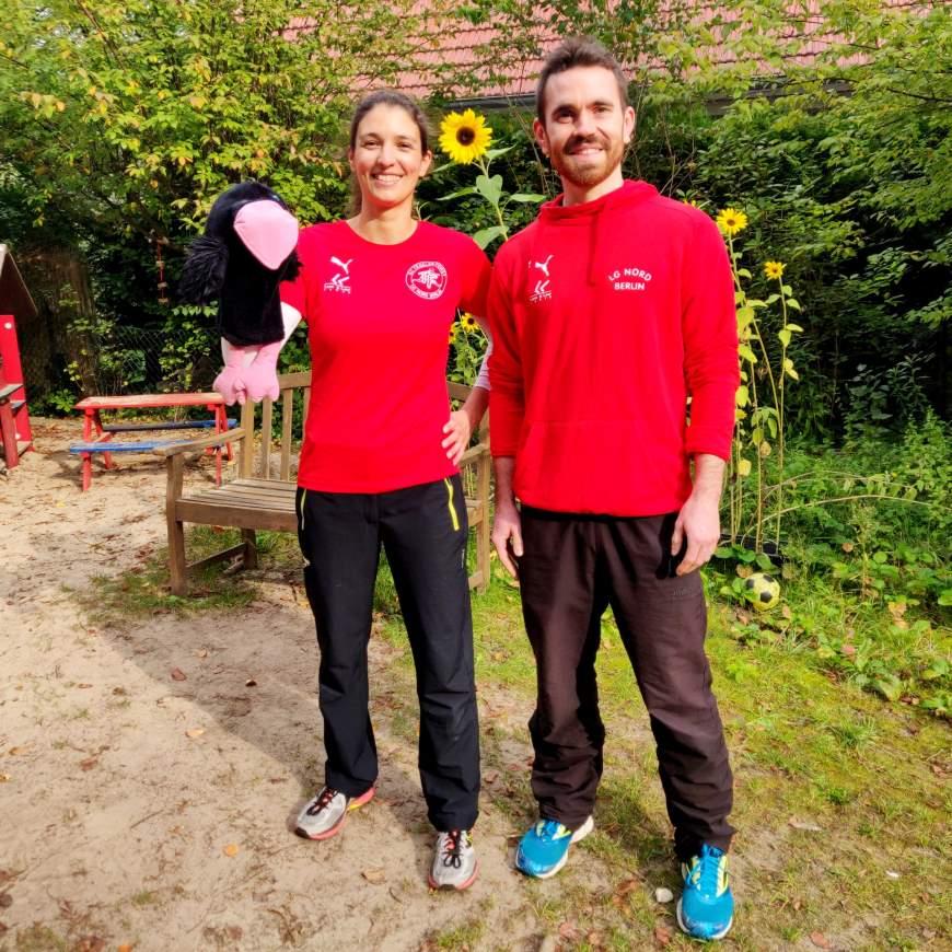 """Übungsleiterin Annelie-Cosima Girra mit """"Rabe Rafael"""" und Koordinator Felix Fasel - Foto: © Bezirksamt Reinickendorf"""